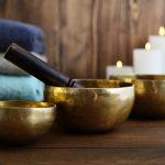Tibetische Therapie-Klangschalen, Kerzen, blaue Handtücher